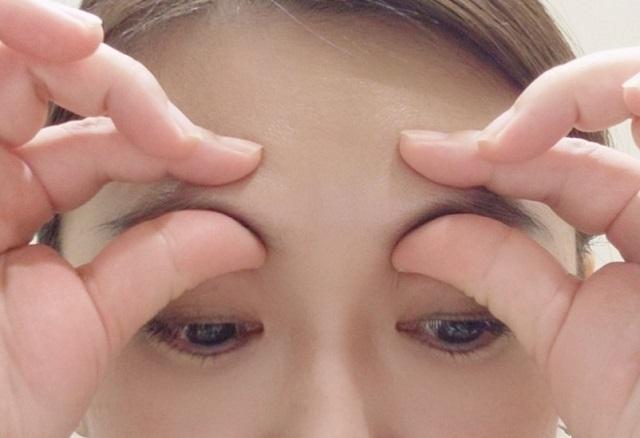 眼輪筋のストレッチ